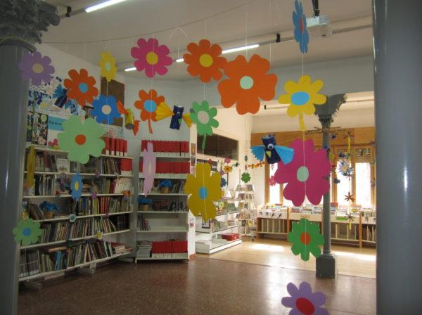 La biblioteca s'omple de flors i llibres de poemes!