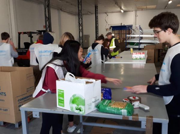 El grup de 4t d'ESO fa el voluntariat al Banc d'Aliments